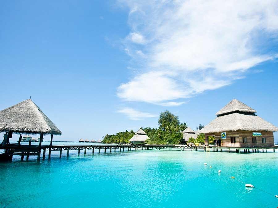 群礁環抱馬爾代夫水上屋